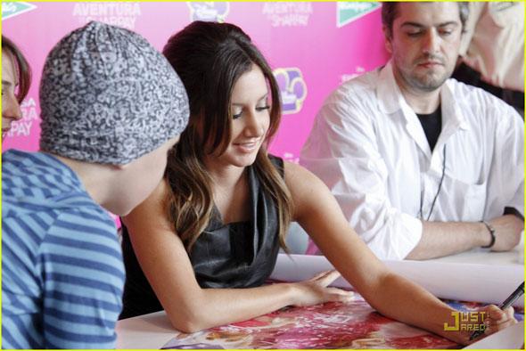 Ashely Tisdale firmando autógrafos