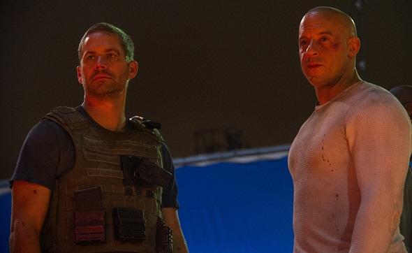 Paul Walker y Vin Diesel en una escena de 'A todo gas 7'