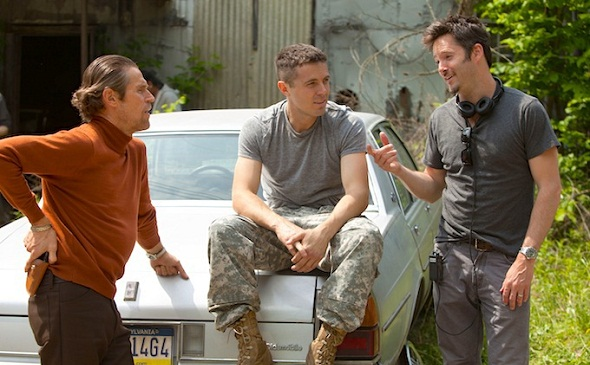 Scott Cooper charla con Willem Dafoe y Casey Affleck en el rodaje de Christian Bale y Zoe Saldana en 'Out of the furnace'