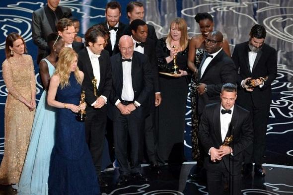 El equipo de '12 años de esclavitud' sube al escenario para recoger el premio a la mejor película