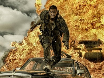 Tom Hardy huye de las llamas en 'Mad Max: Fury road'