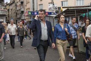 Pierce Brosnan y Olga Kurylenko en 'November man'