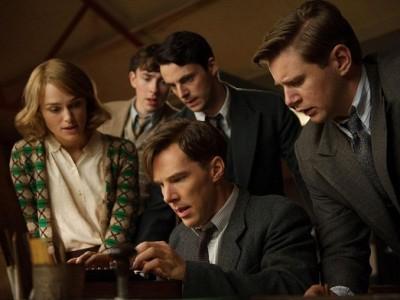 Benedict Cumberbatch rodeado del resto del reparto de 'The imitation game'