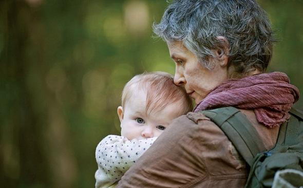 Melissa McBride con la hija de Rick en la nueva temporada de 'The walking dead'