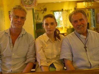 Rooney Mara y Martin Sheen junto a Stephen Daldry en el rodaje de 'Trash'