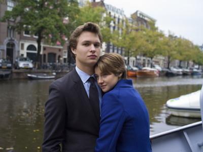 Una imagen de Hazel (Shailene Woodley), y Gus (Ansel Elgor) en 'Bajo la misma estrella'