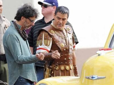 George Clooney junto a Joel Coen en el rodaje de 'Hail, Caesar!