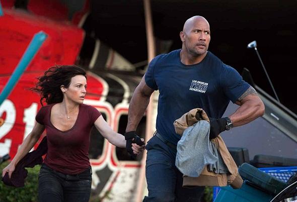 Dwayne Johnson y Carla Gugino en 'San Andreas'