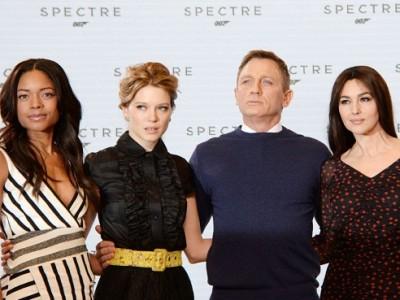 Daniel Craig acompañado por Naomie Harris, Lea Seydoux y Monica Bellucci