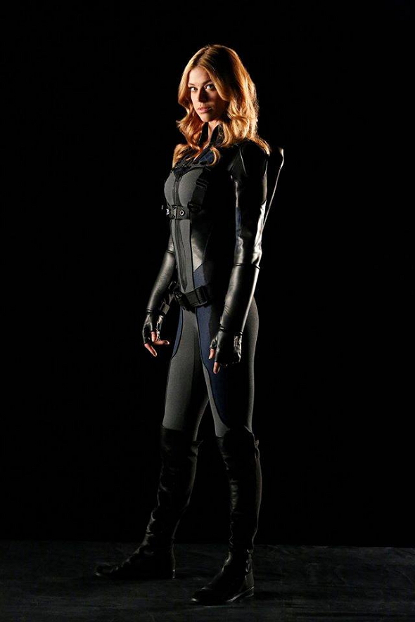 Imagen de la actriz Adrianne Palicki con el uniforme de Pájaro Burlón (Mockingbird)