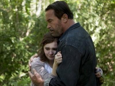 Schwarzenegger consuela a su hija en una escena de 'Maggie'.