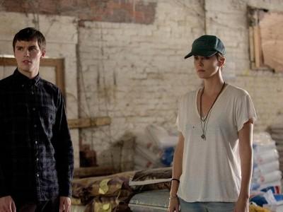 Charlize Theron y Nicholas Hoult en 'Dark Places'