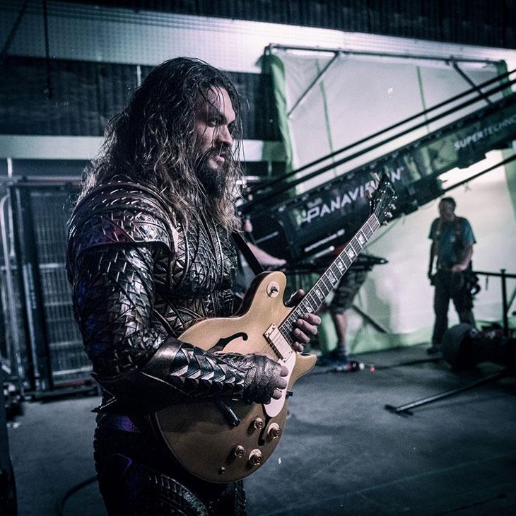 Aquaman (Jason Momoa) tocando la guitarra