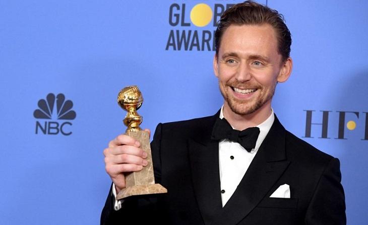 Tom Hiddleston se alza con el premio por 'El infiltrado'