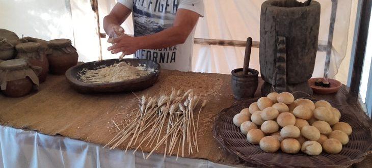 Puesto de pan artesanal, hecho según las costumbres y herramientas de la época.